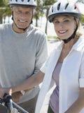Старшие пары с велосипедами на тропическом пляже Стоковое фото RF