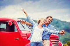 Старшие пары с красным автомобилем Стоковое фото RF