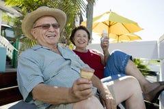 Старшие пары с мороженым стоковое изображение