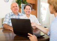 Старшие пары с социальным работником дома стоковое фото