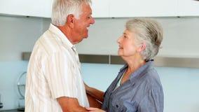 Старшие пары танцуя совместно пока делающ салат акции видеоматериалы