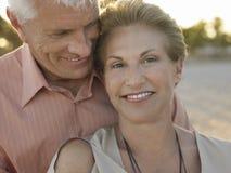 Старшие пары тратя романтичное время на пляже Стоковое фото RF
