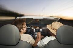 Старшие пары управляя автомобилем с откидным верхом Стоковое Фото