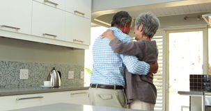 Старшие пары усмехаясь и танцуя акции видеоматериалы