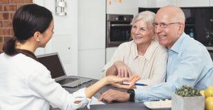 Старшие планируя вклады с финансовым советником стоковые изображения rf