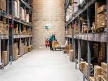 Старшие покупки на загрузке корзины IKEA тяжелой стоковое фото rf