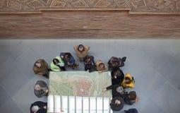 Старшие посетители наблюдающ моделью старого римского города Em Стоковое фото RF