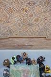 Старшие посетители наблюдающ моделью старого римского города Em Стоковые Фотографии RF