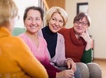 Старшие друзья беседуя в комнате стоковое фото