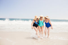 Старшие друзья женщины играя в воде Стоковые Изображения