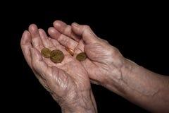 Старшие руки женщины держа некоторые монетки евро Пенсия, бедность, так Стоковая Фотография