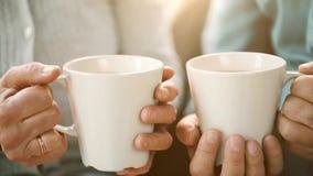 Старшие руки пар с чашками чаю видеоматериал