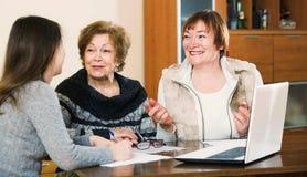 Старшие удовлетворенные женщины делая будут на общественной нотариальной конторе стоковые изображения rf