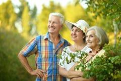 Старшие люди отдыхая на парке Стоковая Фотография