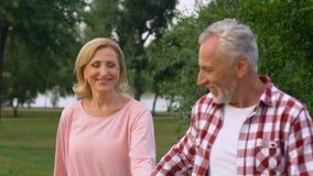 Старшии все в влюбленности, счастливо танцуя идти, наслаждаясь романтичным замедлением даты сток-видео