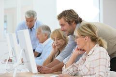 Старшии в вычисляя учебном классе с инструктором Стоковое Изображение RF