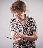 Старшии держа таблетку в руках  Стоковое Изображение RF