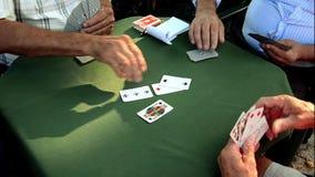 Старшии играя итальянскую карточную игру сток-видео