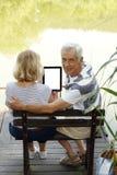 Старшии используя цифровую таблетку Стоковые Изображения