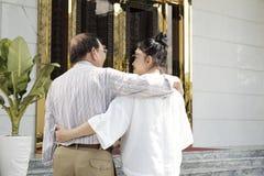 Старшии приходя к гостинице стоковое фото