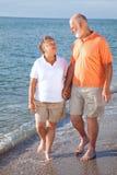 старшии романс пляжа Стоковая Фотография
