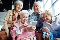 Старшии с smartphone Стоковое Изображение RF