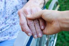 старшии удерживания руки попечителя Стоковая Фотография RF