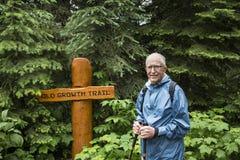 Старший активный hiking человека Стоковое фото RF