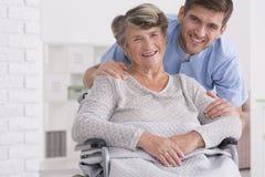 Старший ассистент заботы с неработающей женщиной Стоковые Фотографии RF