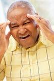 Старший Афро-американский человек с головной болью стоковые фотографии rf