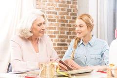 Старший беседовать женщины и девушки стоковые изображения rf