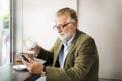 Старший бизнесмена используя концепцию прибора Стоковые Изображения RF