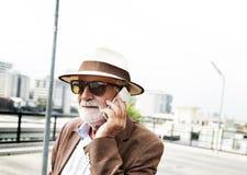 Старший бизнесмена используя концепцию прибора Стоковые Изображения