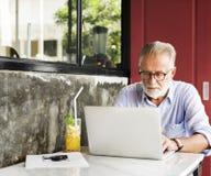 Старший бизнесмена используя концепцию прибора Стоковое Изображение