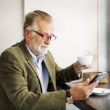 Старший бизнесмена используя концепцию прибора Стоковые Фотографии RF