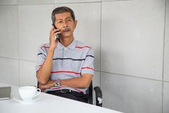 Старший бизнесмен Азии сидят и мобильный телефон ose стоковые изображения rf