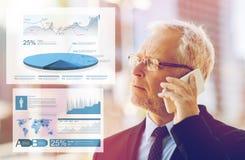 Старший бизнесмен вызывая на smartphone в городе Стоковые Изображения