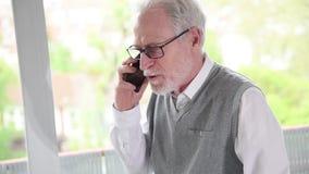Старший бизнесмен говоря на мобильном телефоне сток-видео