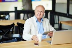 Старший бизнесмен глубоко в мысли стоковое фото rf