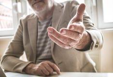 Старший бизнесмен давая руку помощи Фокус в наличии стоковые фотографии rf