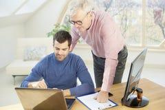 Старший бизнесмен давая adice к ее молодому коллеге Стоковое Изображение