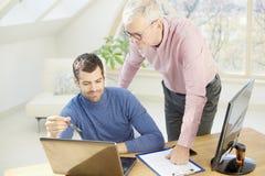 Старший бизнесмен давая adice к ее молодому коллеге Стоковые Изображения RF