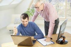 Старший бизнесмен давая adice к ее молодому коллеге Стоковое Фото