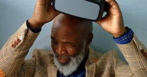 Старший бизнесмен извлекая шлемофоны 4K 4k VR видеоматериал