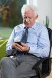 Старший бизнесмен используя телефон Стоковое Фото