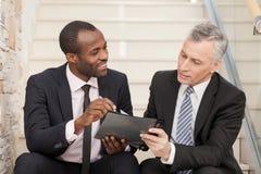 Старший бизнесмен и средний взрослый бизнесмен работая совместно Стоковые Изображения RF