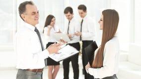 Старший бизнесмен обсуждая финансовый отчет с работником стоковые изображения rf