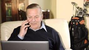 Старший бизнесмен работая дома видеоматериал