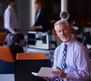 Старший бизнесмен с его командой на офисе Стоковые Фото