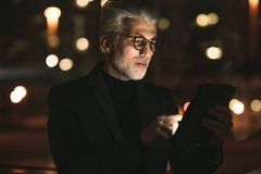 Старший бизнес-партнер работая на планшете стоковые фотографии rf